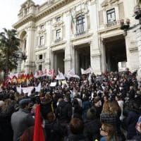 Scuola, sciopero delle maestre alla riapertura: presidi e disagi nelle città. Proteste al...