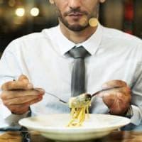 Gli uomini che mangiano da soli rischiano di più l'obesità