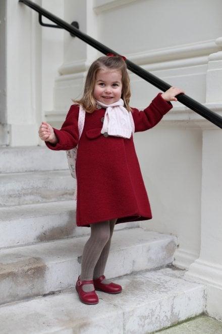 Gb, primo giorno d'asilo per la principessina Charlotte: le foto ufficiali di mamma Kate