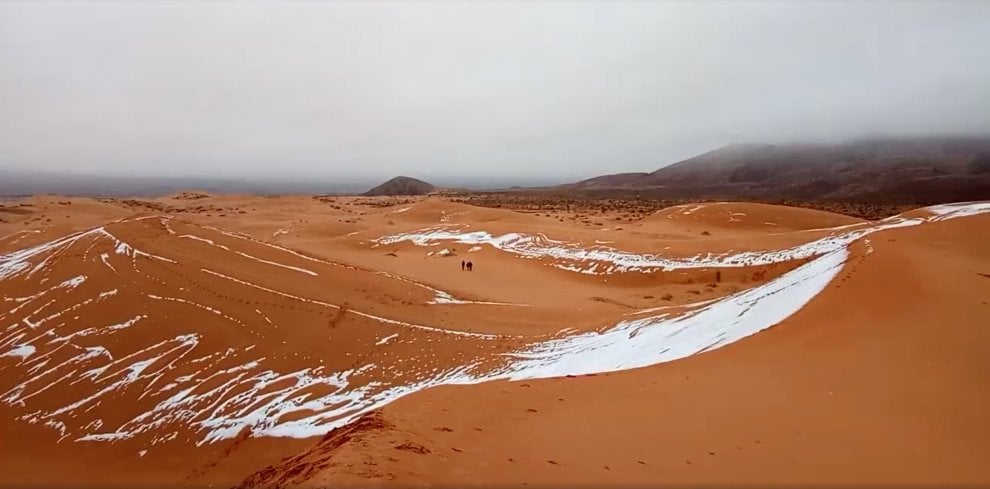 Inverno nel deserto: le straordinarie immagini della neve nel Sahara