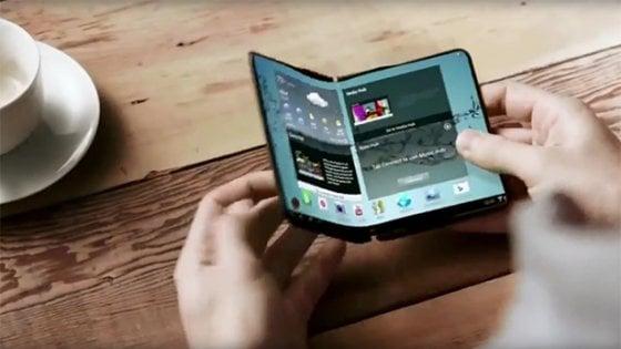 Samsung, lo smartphone pieghevole in produzione da novembre
