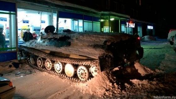 Russia, annoiato, ruba carro armato e sfonda la vetrina di un negozio