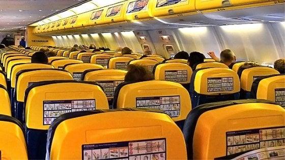 Rivoluzione Ryanair: addio al trolley gratis. In cabina permessi solo borse e zainetti