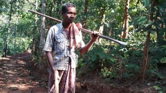 Papà Nayak, analfabeta, scava a mano la strada per consentire ai figli di andare a scuola. Adesso è un eroe