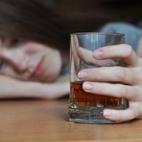 Dipendenze, i giovani consumano alcol, fumo e giocano d'azzardo in percentuali