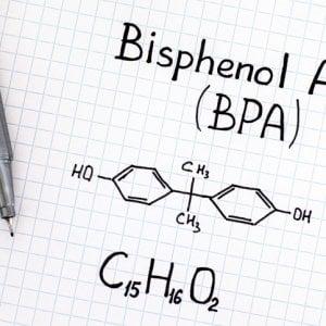 BPA, l'Ue impone nuovi limiti su stoviglie e involucri di plastica: per i bambini...