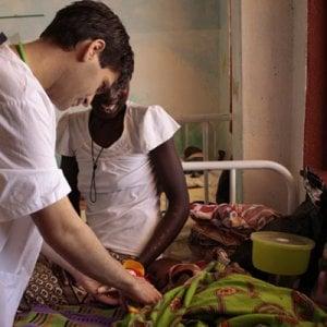 Africa, il lavoro quotidiano di chi vive fra la gente che fugge dagli orrori della guerra