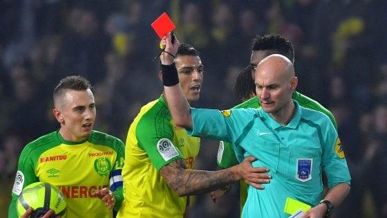 """Psg-Nantes, sospeso l'arbitro dello sgambetto a Carlos. Poi le scuse: """"E' stato un riflesso"""""""