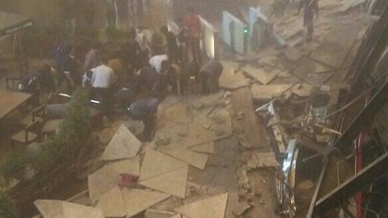 Indonesia, crollo nel palazzo della Borsa di Giacarta: decine di feriti