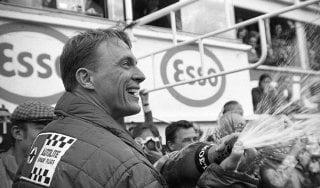 Addio a Dan Gurney, il pilota delle mille piste che inventò la doccia di champagne sul podio