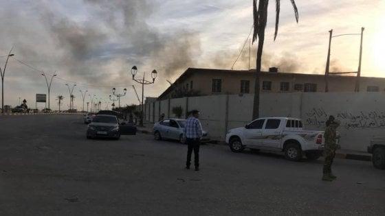 Libia, scontri armati all'aeroporto di Tripoli: vittime e feriti. Proclamato stato di emergenza