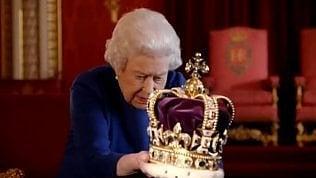 """La regina confusa dalla corona:""""Impossibile dire qual è il davanti"""""""