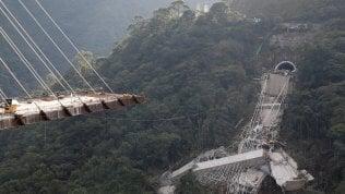 Il ponte in costruzione si spezza muoiono dieci operai foto