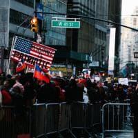 """In centinaia a Times Square contro Trump """"razzista e xenofobo"""""""