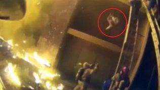 Bambina cade dal balcone in fiamme: salvata al volo