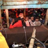 Migranti, 1400 soccorsi in un giorno. Un bimbo morto in un barcone con 400 persone a bordo