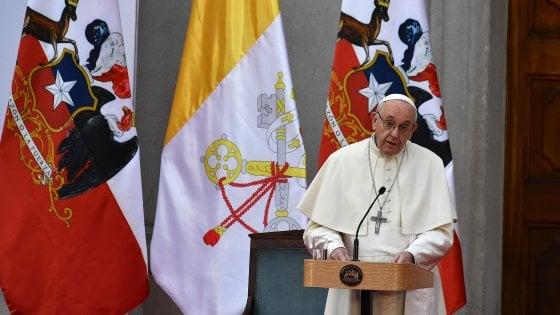 Papa Francesco sfiorato da un giornale durante la sua visita in Cile