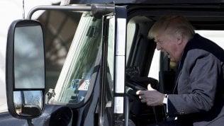 """Non fa sport, mangia sempre hamburger, non cammina. Ma il medico dice: """"Trump è sano"""""""