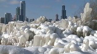 Vento gelato sul lago: le sculture di ghiaccio sono incredibili