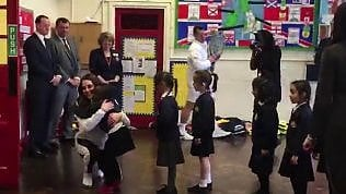 Il protocollo è da grandi: le bimbe fanno la fila e abbracciano Kate