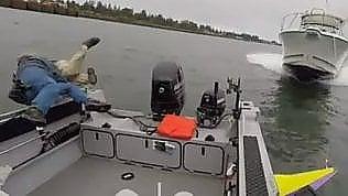 Non vede la barca e la travolge: i pescatori si buttano in acqua