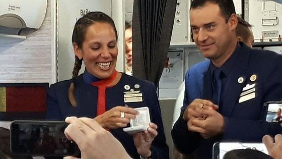 Matrimonio a sorpresa sull'aereo del Papa: Francesco celebra nozze assistenti di volo