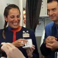 Matrimonio a sorpresa sull'aereo del Papa: Francesco celebra nozze assistenti