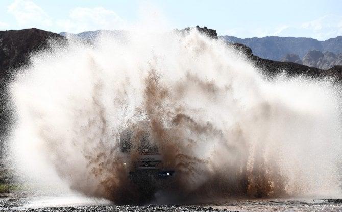 Dakar, che show i tuffi delle supercar nel fiume
