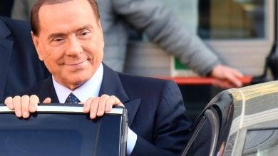 """Elezioni, Berlusconi come nel '94:  """"Via le tasse su casa, auto, successioni""""   Video  Show sul palco """"animalista"""""""