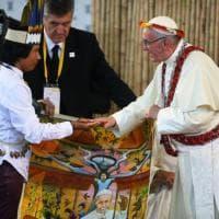"""Amazzonia, Papa a giovani indios: """"Non rassegnatevi, studiate e lottate"""""""