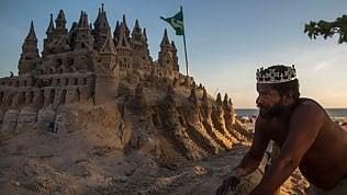 Ecco il 're' di Rio de Janeiro:vive nel castello di sabbia