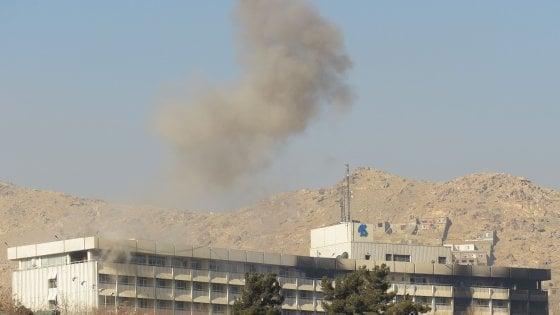 Afghanistan, attacco in un hotel a Kabul: sale il bilancio dei morti. I talebani rivendicano