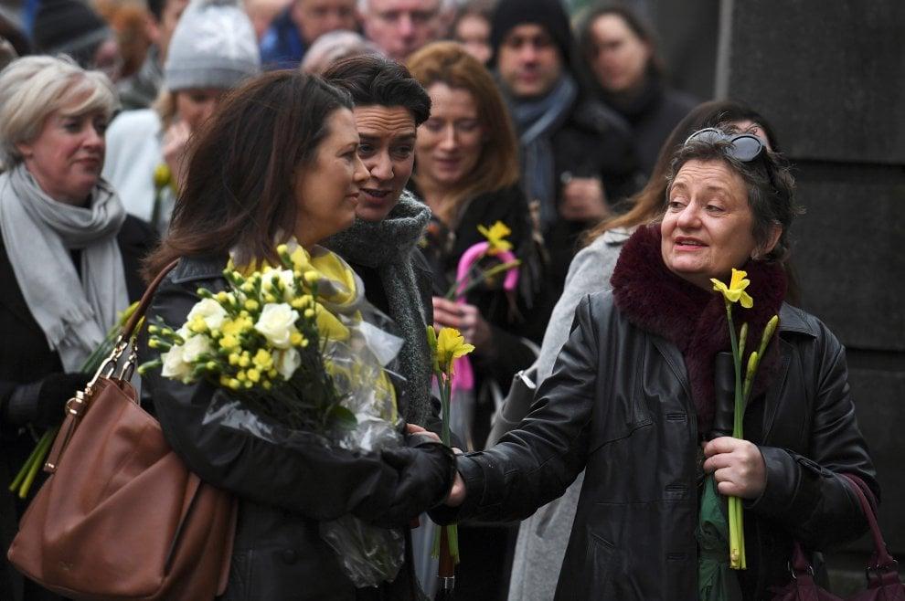 Narcisi gialli e lacrime, il saluto di Limerick a Dolores O'Riordan