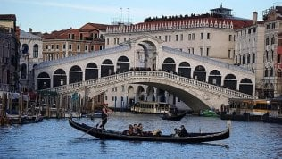 Venezia, stangata a turisti giapponesi: 1100 euro per 4 bistecche e una frittura