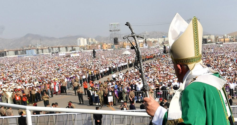 """Papa a Lima: """"Nel mondo molte persone considerate avanzi urbani"""". Alla messa 1,3 milioni"""