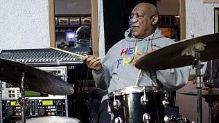 Bill Cosby torna su palco dopo lo scandalo sessuale: si esibiscein jazz club di Philadelphia video