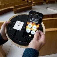 Parigi, il cestino dell'offerta è hi-tech: in chiesa si dona con la carta