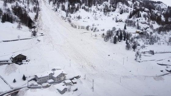 Maltempo, allerta valanghe: evacuati con elicottero turisti bloccati in albergo in Alto Adige