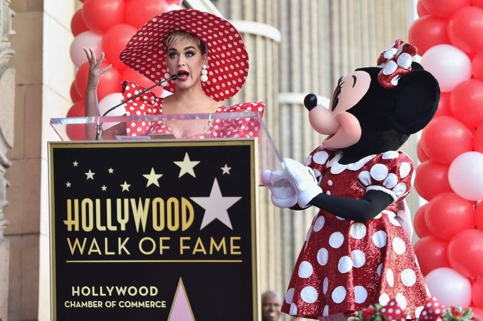 Minnie, 90 anni con i pois di Disney. Katy Perry la premia con una stella sulla Walk of Fame