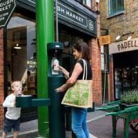 Fontane per l'acqua e latte in vetro: la battaglia di Londra contro la plastica