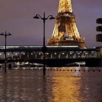 Francia, allarme maltempo: la Torre Eiffel sembra galleggiare sulla Senna in piena