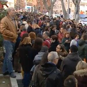 """Madrid, oltre un chilometro di coda per consegnare un curriculum: """"È disumano"""""""