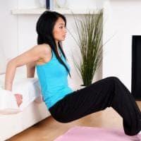 La palestra a casa, gli esercizi da fare sul divano