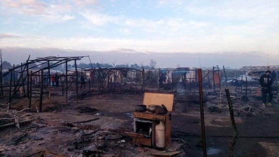 Rosarno, incendio nella tendopoli dei migranti: una donna morta, due ferite e diversi ustionati