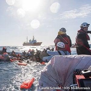 Migranti, affonda gommone nel Mediterraneo: tre donne morte, una ventina di dispersi tra cui diversi bambini