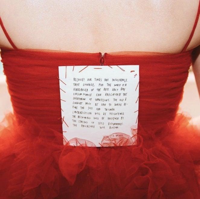 Grammy, i versi dell'artista femminista Holzer cuciti sull'abito di Lorde