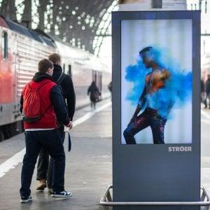 Gli schermi pubblicitari in stazione ci osservano: interviene il Garante