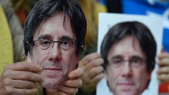 """Telecinco, lo sfogo di Puigdemont: """"E' finita, mi hanno sacrificato, Rajoy sta trionfando"""""""