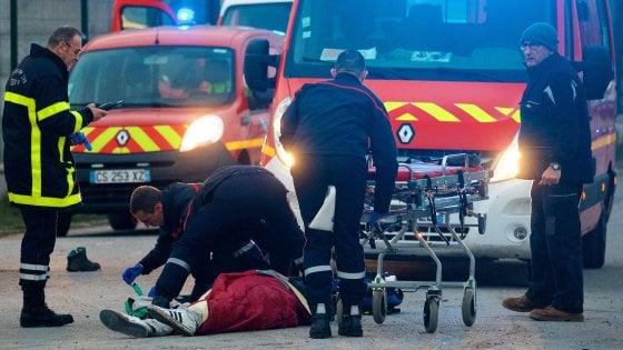 Rissa tra migranti a Calais: 13 feriti, quattro rischiano vita