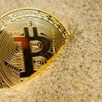 Bitcoin, ancora un crollo: sotto assedio dalle autorità centrali